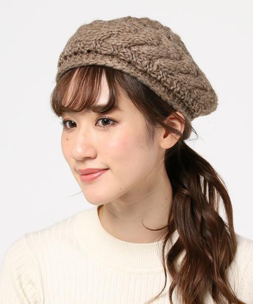 編み方も個性的で、カラーも女性から人気のあるグレイッシュなブラウンを選んだら、その日のコーデの中でベレー帽が主役になること間違いないでしょう!