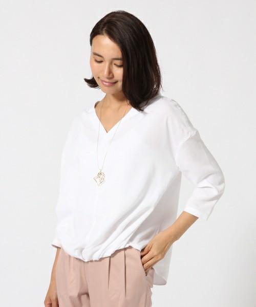 Vネックでデコルテ部分をキレイに見せてくれるプルオーバーシャツ。シンプルなデザインですがどんなアイテムとも合わせやすいので一枚は持っていたいですね。