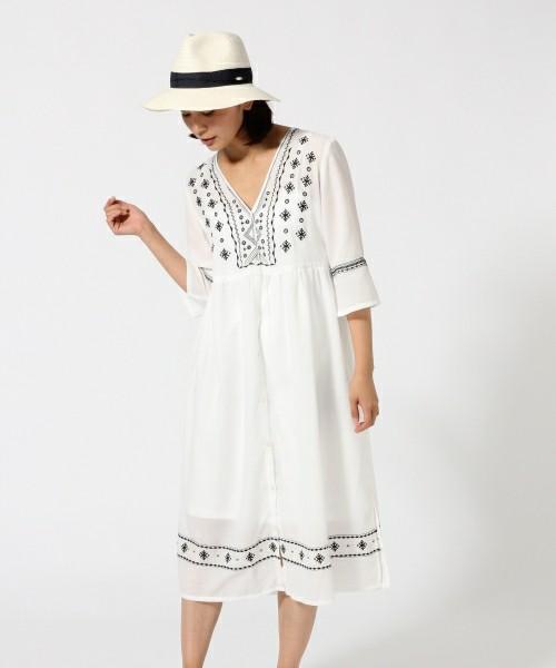 胸元のラインがキレイな刺繍ワンピース。フロント部分がボタンになっているので羽織りモノとしても使える便利アイテム。