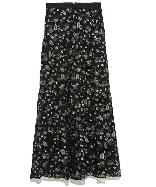 花柄や刺繍にはとても惹かれるけど、ワンピースでは派手で勇気がない、と感じる方には同じテキスタイルのロングスカートもあります。凝った刺繍と大人っぽさはそのままに、色あいによって黒だとさらに落ち着いた雰囲気です。流行りものとしてではなく、長く気に入ってはけそうなとても綺麗なロングスカートです。