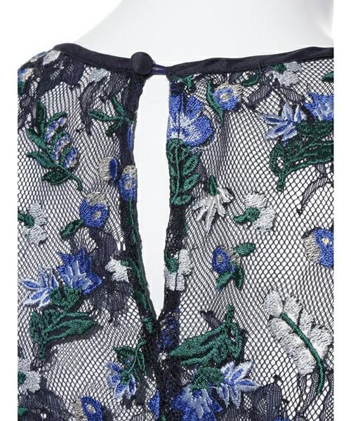 こちらのワンピースのバックスタイルは少しだけ上のほうが開かれていて、全体がレースなこともあり、大人セクシーを演出できます。花柄も刺繍で立体的に表現されていて、とてもきれいな一枚です。