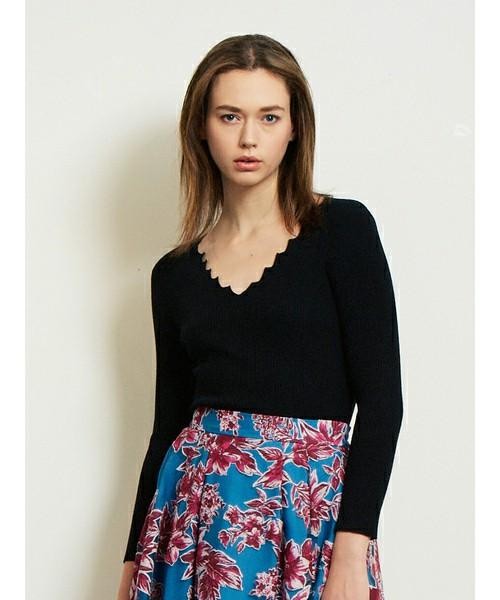 こちらもスカラップは可愛いけどワンピースだと印象的すぎると感じる場合は、同タイプのトップスもあります。しっとりとした柔らかそうな素材でなので、パンツ・スカートどちらにでも合わせやすそうです。