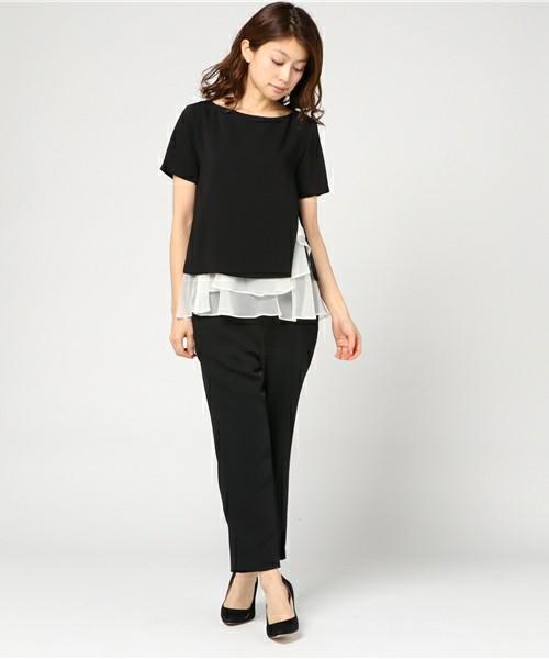 パンツ派の方に、パンツ型なのにエレガントなセットアップもあります。トップスの裾の立体的なフリルが素敵で、更に切り込みの入った部分には変化もあり、とてもかっこよくて優雅です。お仕事にも、フォーマルにも使えそうなセットアップです。