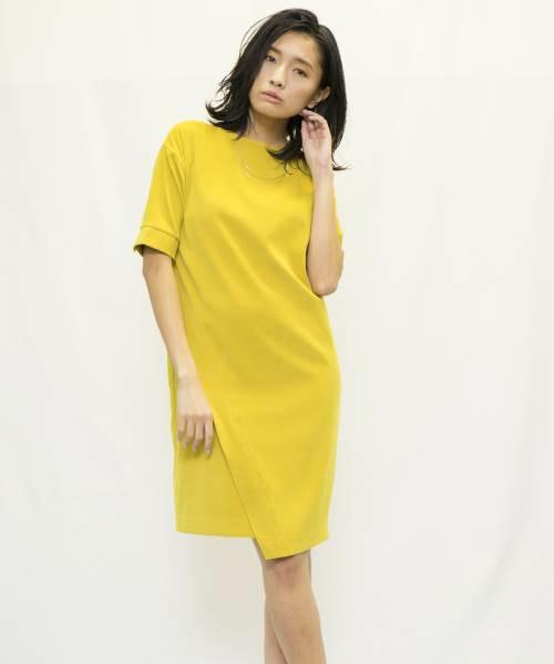 上品なサテンを使用した、アシンメトリーな裾のデザインが特徴的なワンピース。色にインパクトがあるので、アクセサリーなどは最小限にしてさらりと着こなして。