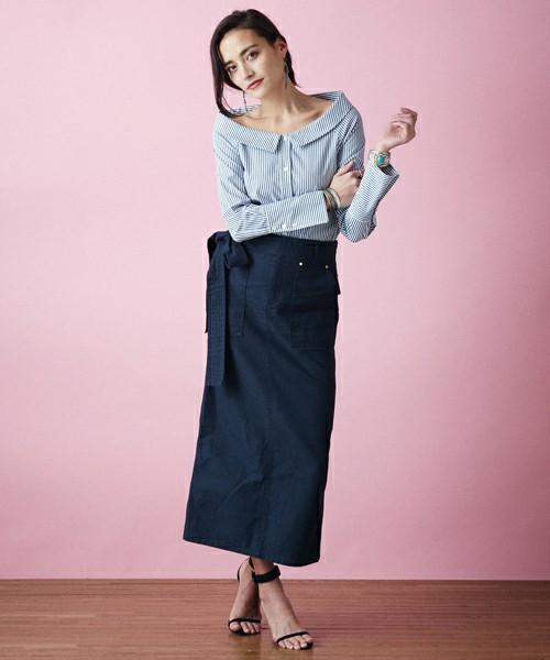 デコルテが綺麗に見えるシャツ型のオフショルダーです。シンプルなボトムと華奢なヒールを合わさた洗練された大人の上品なコーディネートです。