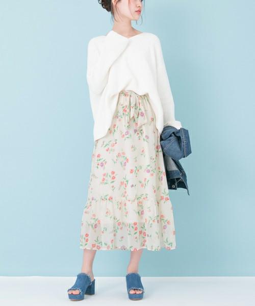 ◆URBAN RESEARCH 楊柳フラワープリントスカート 淡いフラワープリントが春らしい楊柳シフォンのスカートは、裾の切替からフレアになるデザイン。ボリュームが出すぎないから大人女子におすすめです。マンダリンスリーブの春ニットを合わせた、かわいくなりすぎない大人ガーリースタイル。