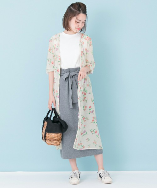 このようにスカートに合わせるのもいいですね。甘くなりすぎないよう、スウェット生地や麻素材を選ぶと良いです。足元はスニーカーで外すのがおすすめです!