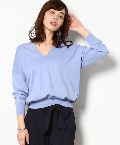 先ほどのプルオーバーのブルーカラータイプ。知的な雰囲気が漂うブルーカラーも、ゆるっとシルエットで、女性らしい一面も。ブラックカラーパンツと合わせるとオフィススタイルとしてもばっちり!!