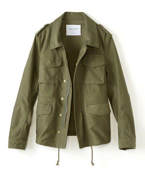 ミリタリージャケットは、春・秋の防寒対策として便利なアイテム。着るのに抵抗のある方は、上のジャケットのように明るい色でなるべくシンプルなデザインのものを選びましょう。