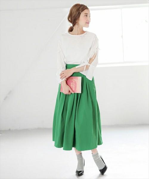 グリーンのミモレ丈スカートを使って、春らしく着こなしていますね!おしゃれ上級者さんなら挑戦したいソックス×パンプスの着こなしもボーダーソックスを使うことでさらにレベルアップ♪