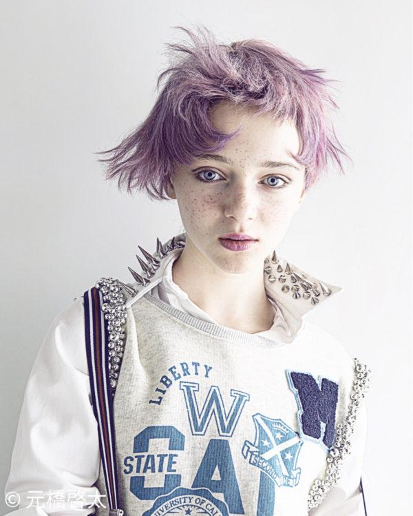 まるでお人形さんみたいに綺麗な淡いパープルが、白い肌に優しくはえる髪色です。毛先のデザインがとってもスタイリッシュです。
