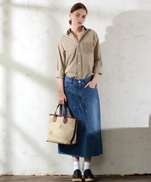 シックなブラウンのシャツにロングスカートでシンプルにまとめて。足元にはサボサンダル×ホワイトソックスを合わせればレトロな着こなしが完成します。