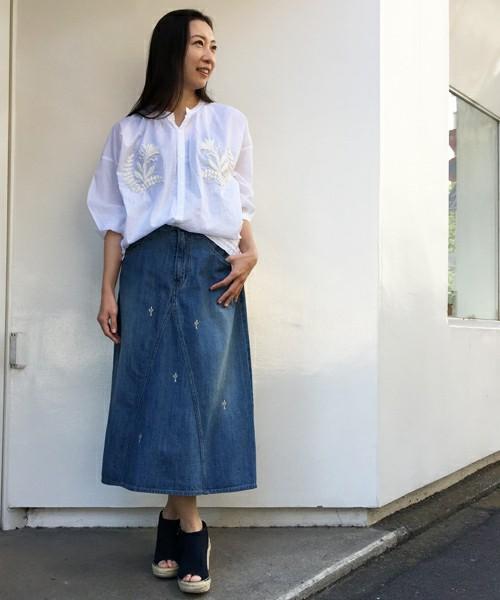 大きな刺繍の入ったブラウスはシンプルなデニムスカートと合わせて、大人ガーリーに♡清楚な印象もあるので、デニム素材だってカジュアルになりすぎません。
