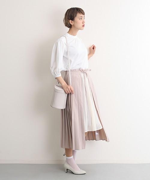 ◆merlot plus バイカラー巻プリーツスカート 2枚のスカートをレイヤードしたようなバイカラーのプリーツスカート。風が吹き抜けるような爽やかさを表現した春夏向けのフェミニンデザインです。外側の長めのプリーツスカートを細いリボンで結んでいます。シアーなソックス使いもGOOD♪