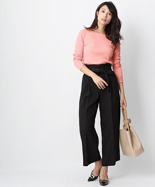 まずはシンプルなブラックパンツと合わせて♪少し赤みのかかったサーモンピンクなら肌馴染みがよくおしゃれ初心者さんでも簡単に着こなせますね。バッグにはヌーディカラーを取り入れて大人っぽくまとめて。