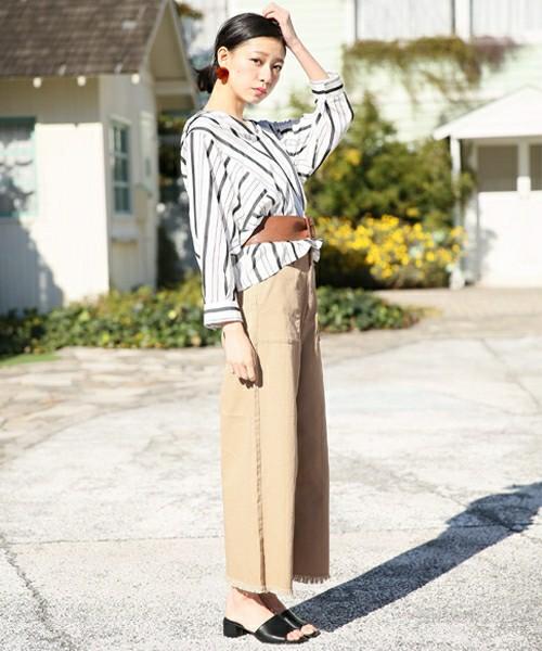 デザインシャツやワイドパンツなどトレンドライクなコーデの足元にトレンドライクなミュールをセレクト。低めのヒールでもコーデを綺麗に魅せてくれる。