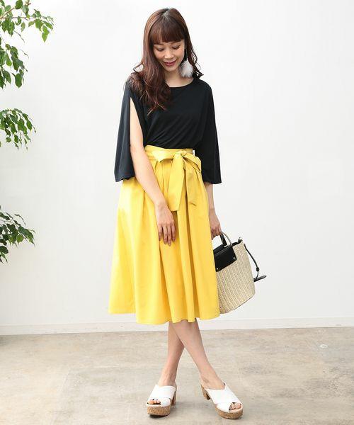 ◆ViS ランダムタックミディ丈スカート リボンベルトでウエストマークができるスカートです。今季イエロースカートは注目の的ですね。タックをたくさん入れてあるから、ふんわり感はあってもボリュームが出すぎることはありません。ハンギングスリーブのブラウスをインしてリボンを結べば、細いウエストをさりげなくアピールする、きれいめのお出かけスタイルができあがり。