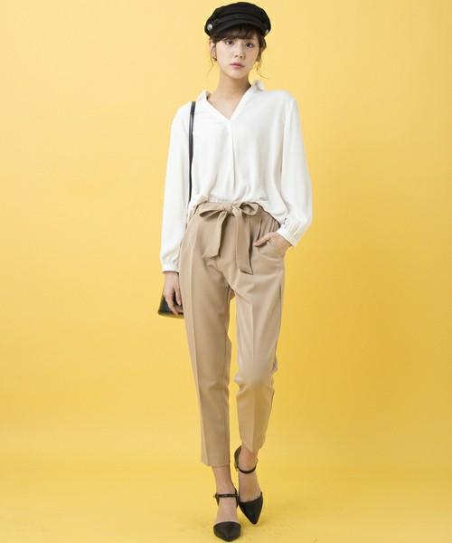 白アイテムの中で一番使いやすいものはシャツです♪襟なしのシャツなら色っぽさもあり、抜け感も◎。シンプルでちょいマニッシュなベージュのパンツと合わせて、すっきりと着こなしましょう。
