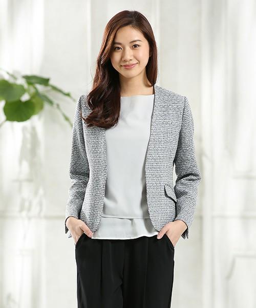 着る人に上品な印象を与える、ファンシーツイードのテーラードジャケットです。カラーレスなので胸元がとてもすっきりとしていて、ネックレスなどのアクセサリーをプラスするのに最適なデザインとなっています。普段使いはもちろん、オフィスから、あらたまった席上までいろいろなシーンで着ることのできるアイテムです。