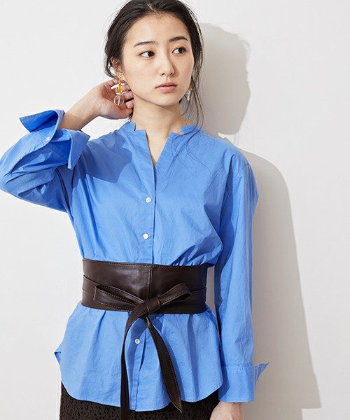 サッシュベルトとは、着物の帯のように幅広で柔らかい革製のベルトの事。みぞおち~お腹のあたりでベルトをキュッと絞ると女性的な美しいウエストラインが作れます。今年のマストアイテムです!