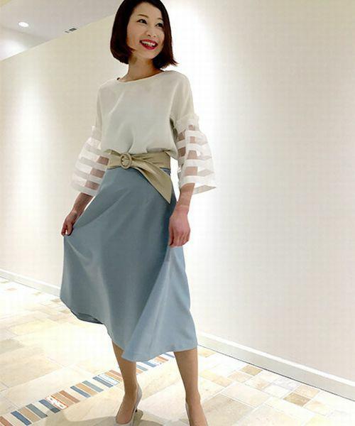 ペールブルーのスカートが春らしく上品です。ベージュのサッシュベルトでトップスとスカートをうまく繋げていますね。