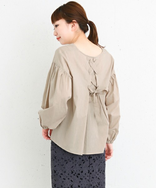 ◆KBF+ 袖ギャザーリボンブラウス 細いリボンをレースアップして、背中の開きを綴じているデザイン。さりげない主張が大人っぽいブラウスです♪かわいくなりがちなボリュームスリーブは、落ち着いた色味を選ぶのがポイント。この色はデニムにも似合いそうです。