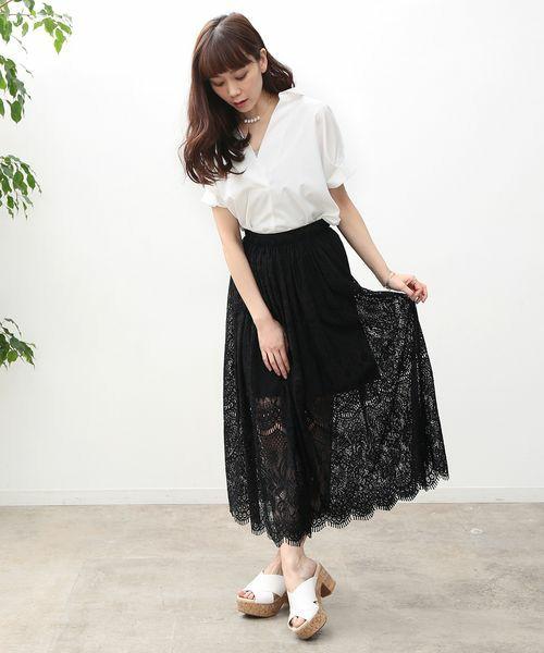 先ほどの、レーススカートのブラックカラータイプ。シックで大人っぽいブラックカラーは、白シャツと合わせて、すっきりと着こなすとお洒落に♪甘さだけでなく、シャープな雰囲気が加わって、すごく素敵ですね。