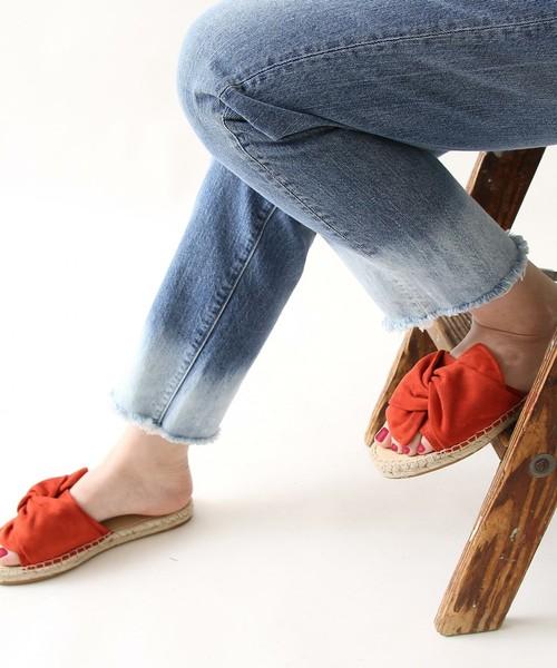 サンダルと聞くと夏をイメージする方は多いはず。しかし春に履いてはいけないルールもないですよね。今年は春からサンダルを履くのが◎。靴下でレイヤードしたり、そのままで楽しんだり。今回はおススメのサンダルとサンダルを使ったコーディネートをご紹介します。早速さらっと見ていきましょう。