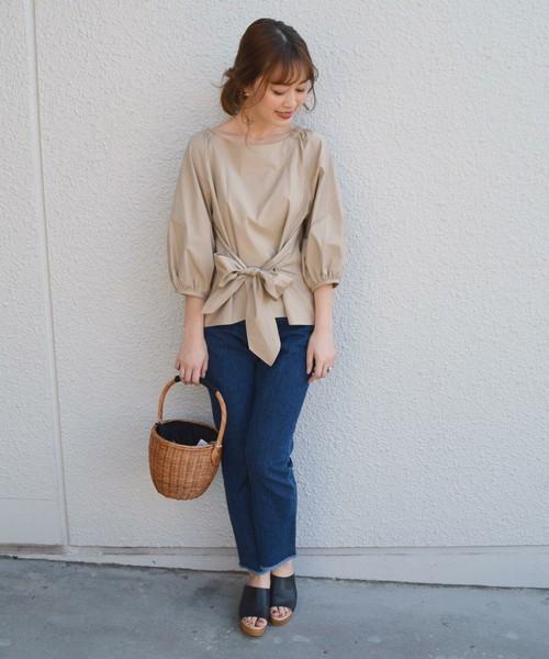 ◆SHIPS for women 2WAYリボンブラウス ボリューム袖のブラウスは白だとかわいくなりすぎて危険!きれいなベージュを選んで、袖とリボンの甘さを抑えましょう。ブルーデニムと相性がいいベージュは、白よりグッとアーバンな印象になります。ウエストをリボンで絞るデザインですから、1枚でスタイルアップが叶います。