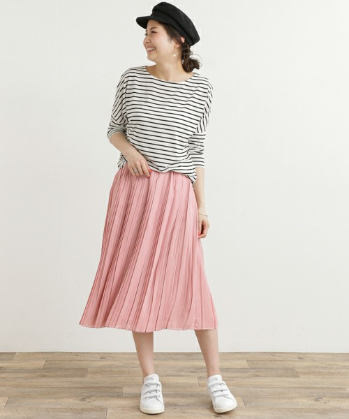 甘くなりがちなペールピンクのスカートに、ボーダートップスと白スニーカーで甘辛ミックス。