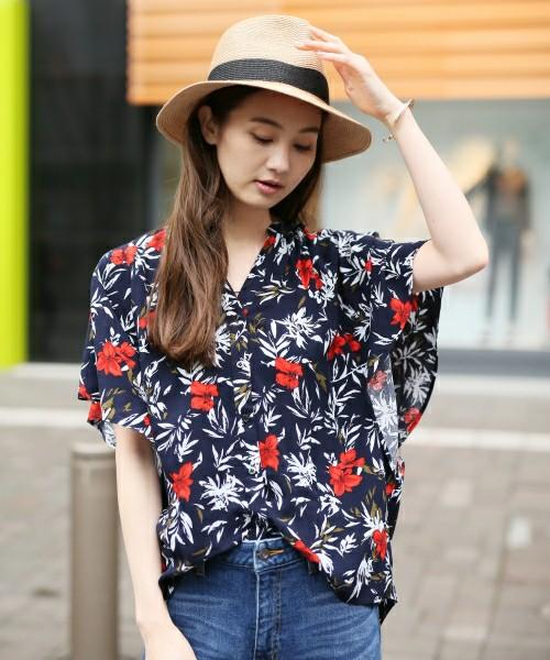 アロハシャツのようなレトロな花柄が可愛いこちらのアイテム。テロンとした生地が華奢に見せてくれるのでスタイルアップ効果も!