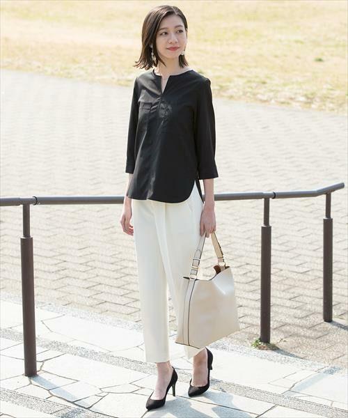 [ADAM ET ROPE' ]ストレッチテーパードパンツ  ¥15,120  股下から裾に向かって脚を美しく魅せてくれる、シンプル&キレイ目デザインのテーパードパンツ。