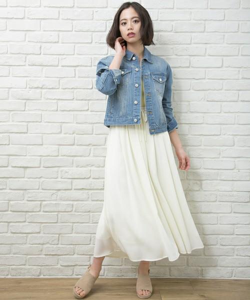 ふわっと揺れる白スカートはとってもガーリーな印象♡デニムジャケットでカジュアルダウンして、決め過ぎない着こなしを作るとGOOD!