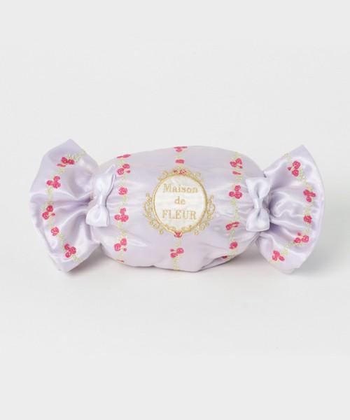 他では見たことのない、可愛らしいキャンディ型のポーチもあります。可愛らしいだけではなく、上部がきちんとファスナーになっているので、お出かけの際、必要最小限の物を入れてクラッチバックのようにしてお出かけのお供にしたくなる、素敵なポーチ兼バッグです。小花の入ったストライプ柄もとっても可愛らしいです。
