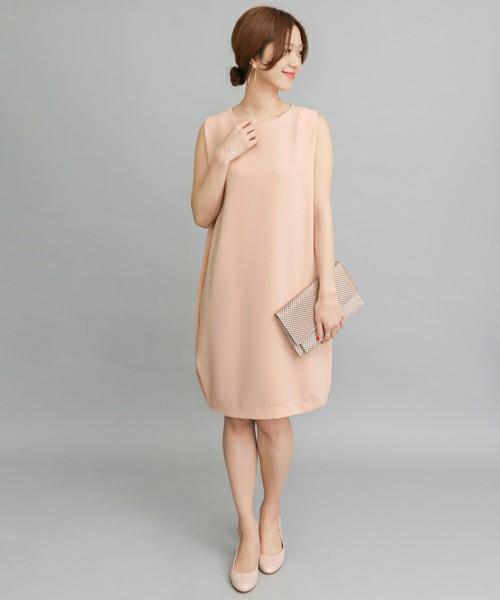 きれいな桜色が上品なコクーンシルエットのワンピース。教会などでの挙式の際は何か羽織るものを。普段はジャケットなどを合わせてオフィス仕様にしても◎。