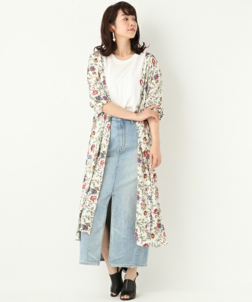 淡い色でまとめたデニムスカートコーデに白の花柄ロングワンピースを羽織ってレディライクをプラス。