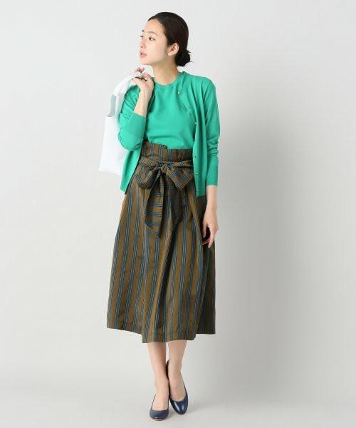 こちらはツインニットにハイウエストのスカートでレディライクに。パンプスとスカートにブルーとの色合わせが爽やかです。