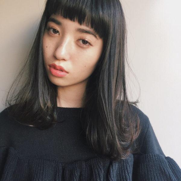 女子学生の頃に一度はしたことがありそうなシンプルなヘアスタイル。だけどプチワイドなバングで今っぽさを出して。