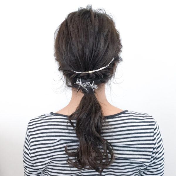 編み込んだ上にトレンドライクなバッグカチューシャをつけることで、アクセントにもなりますね。くるんとした毛先で軽さも演出できます。