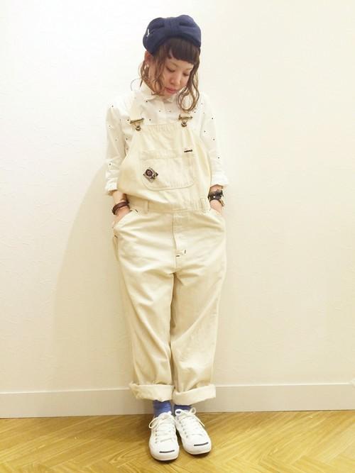 ◆靴下屋 コットンブレンド無地ソックス(パープル系) サロペットのオールホワイトコーデにパープルソックスを挿し色で使っています。注目色のパープルもソックスなら、気兼ねなくトライできますね。今季人気のサロペットは、カジュアルからきれいめまでデザインが豊富。おすすめはホワイトですから、カラーソックスで遊んでみると楽しいですよ♪