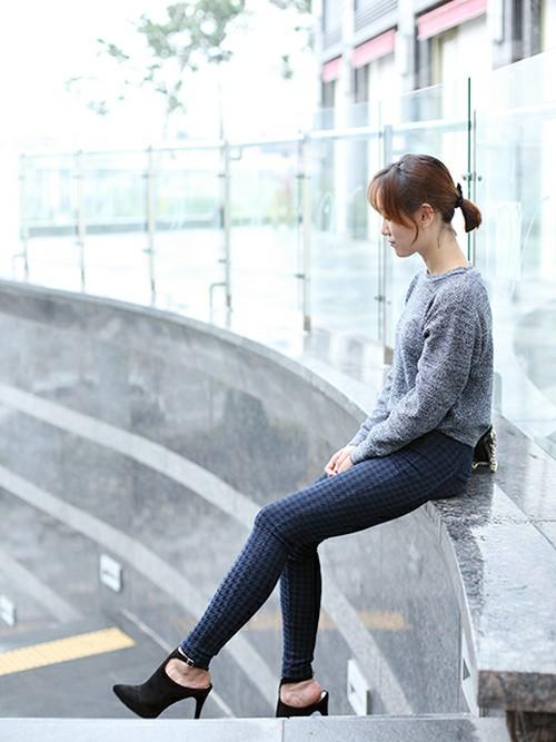 ヒールのあるサンダルを合わせる事によって、女性らしさを強調。韓国女性は背の高い人が多いので、とても足長に見えるトリック。背の低い方も背を高く見せるポイントになりますね。