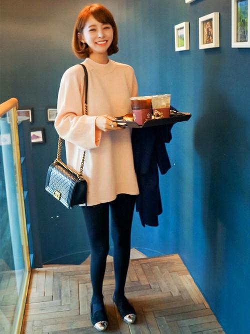 ピンクのトップスは今が可愛い!そんなピンクのトップスにデニムのレギンスを合わせると韓国ソウルファッションの出来上がり。ピンクトップスもボーイッシュに・・これが韓国女性のコーデ。