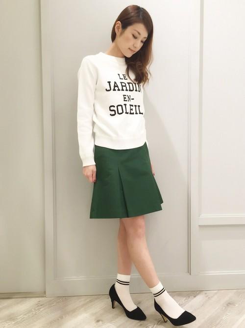 春色グリーンが素適な、裾広がりのスカートです。パンプスを履いて、大人っぽさをプラスされています!