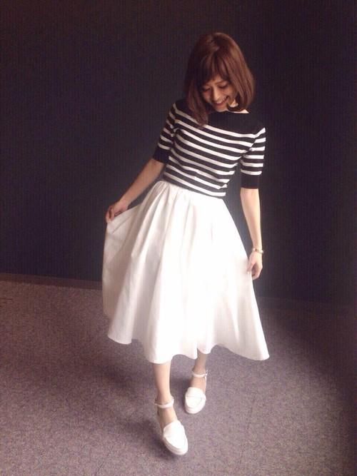 上品なブラック×ホワイトのボーダーニットに合わせたのはホワイトのフレアスカート。フレンチマリンな雰囲気がおしゃれ。