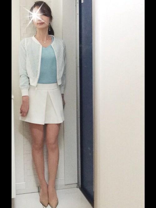 オフホワイトが春らしいミニ丈のボックススカートです。ベージュのパンプスを履いて、より綺麗な脚を強調!