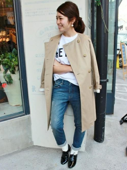 色落ちしたメンズライクなジーンズに白いTシャツを合わせたアメカジコーデに、トレンチを肩がけしたハンサムアメカジ!