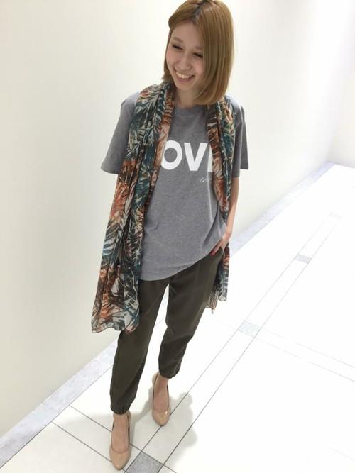 Tシャツコーデもストールをプラスするときちんと感がプラスされます。Iラインを強調することでスタイルアップ効果も。