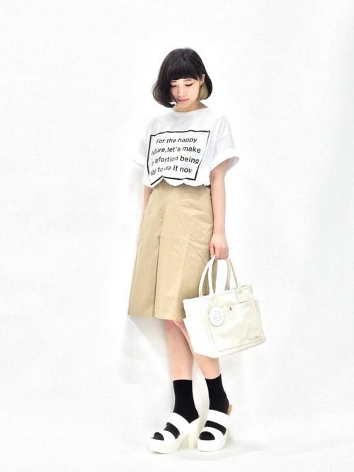 ハリのあるコットン素材のスカートです。ビッグTシャツとトートバッグをコーデして、春らしい装いに!