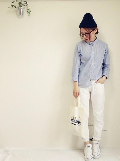 ストライプシャツにホワイトジーンズってとっても爽やかですね!黒の小物使いで引き締め効果を♪