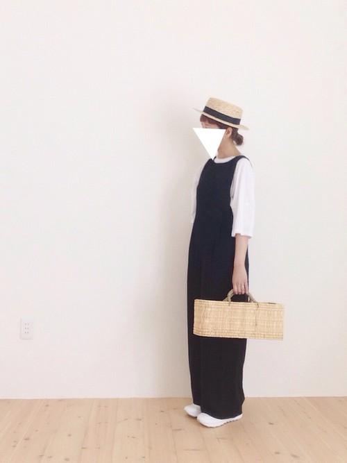 黒のオールインワンでシンプルに合わせたコーデにかごバッグを持って♪麦わら帽子のリボンとオールインワンの色を黒で揃えたのは技ありなコーデ。春を通り越して、夏が待ち遠しくなりますね。ワイドなパンツにも負けないのは「1400」の存在感ならでは。